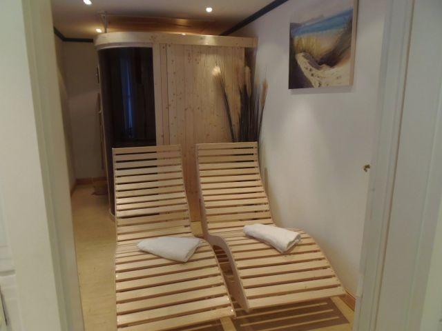 Wellnesstrakt mit Sauna, Dampfbad, Ruhebereich, TV und Duschbad (mit Fußbodenheizung)