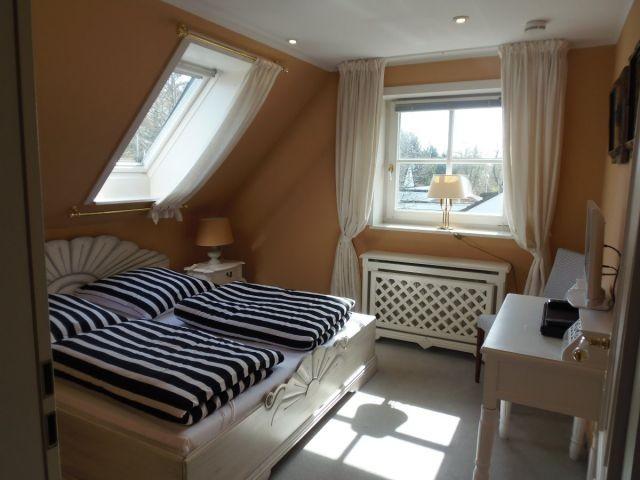 Weiteres Schlafzimmer mit Doppelbett, TV und DVD-Player