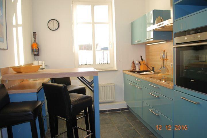 Blick in die Küche und auf den Essplatz