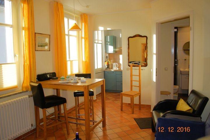 Blick von der Sitzlandschaft zur offenen Küche