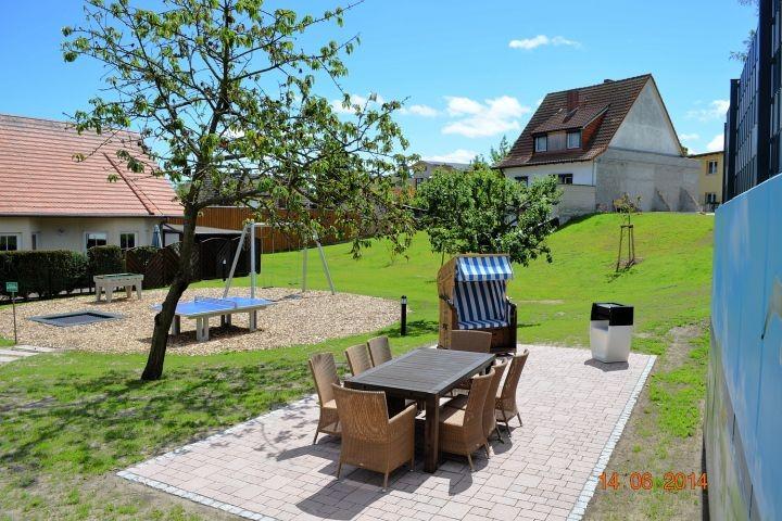 Blick vom Haus in den Garten mit Grill-und Spielplatz