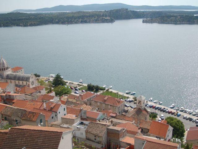 Blick auf Hafen in Sibenik von der Burg