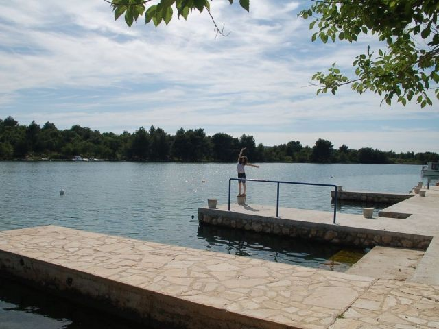 Badesteg in der Bucht beim Ferienhaus