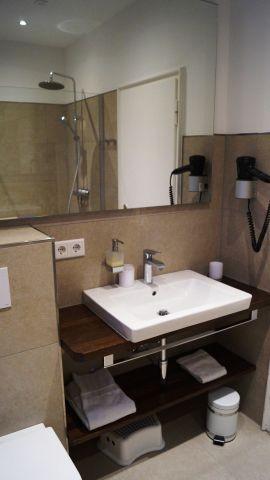 Badezimmer im OG mit u.a. Regendusche und Radio