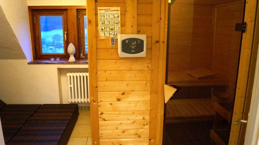 Eigener Saunabereich mit Loungeliegen und eigener Dusche