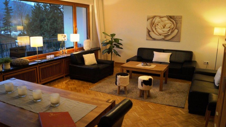 Wohnzimmer Parterre mit bis zu 20 Sitzplätzen