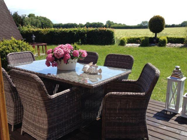 Großzügige Terrasse mit luxurösen Gartenmöbeln und freiem Blick auf die Felder