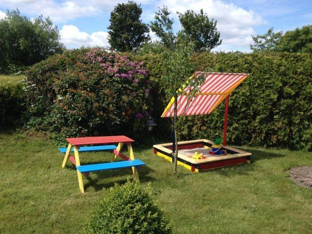 Kindersitzgruppe und Sandkasten für unsere kleinen Gäste