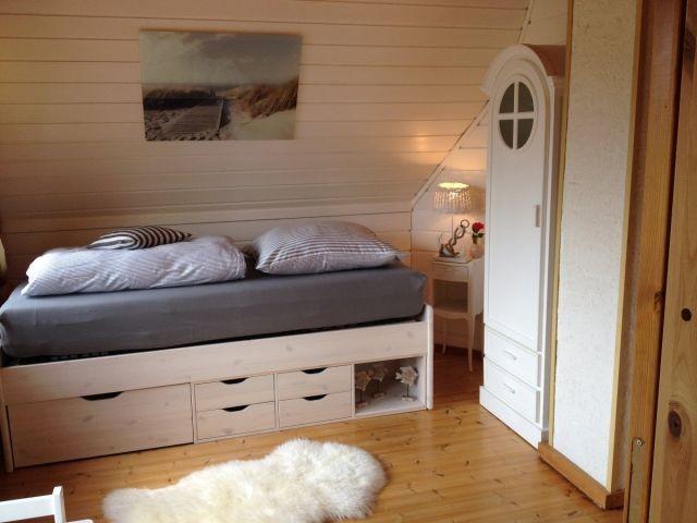 Schlafzimmer im 1. OG mit Einzelbett, Kindersitzgruppe und Blick auf die Felder (auch vom Bett aus)