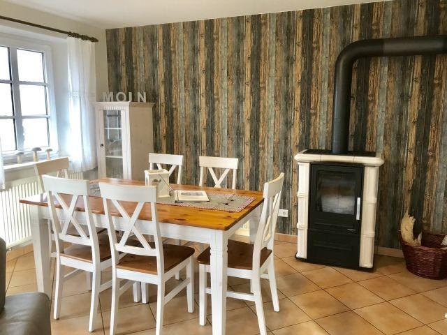 Ihr Esstisch im Wohnzimmer mit Ofen