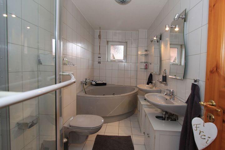 Badezimemr mit Dusche und Whirlpool