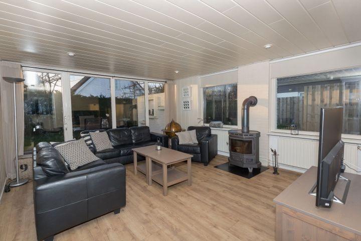 Das helle Wohnzimmer mit Holzkamin