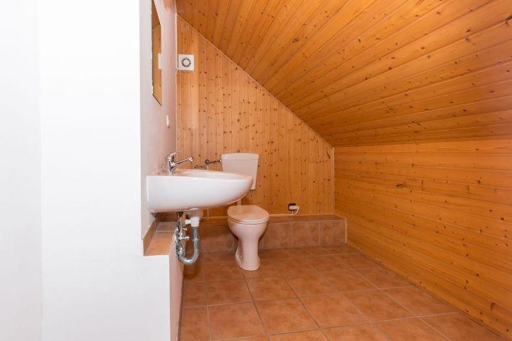 Separate Toilette auf der 1. Etage mit Waschbecken