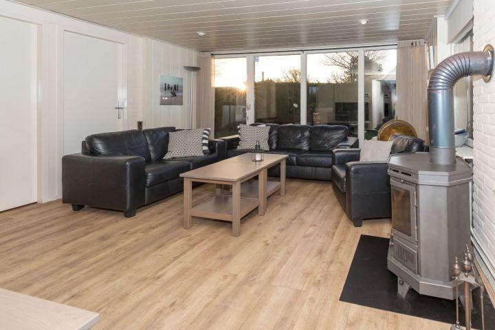 Helles Wohnzimmer mit Sitzecke und Holzkamin