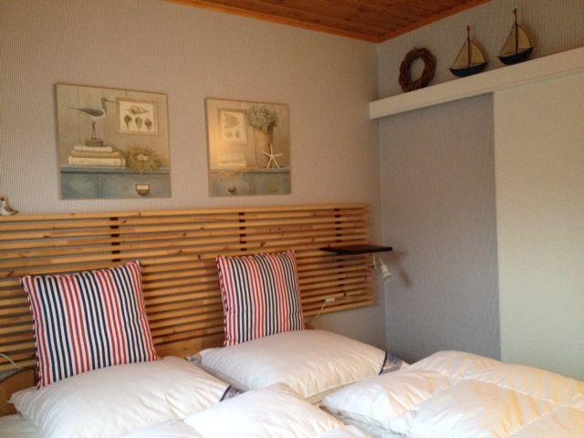 Romantisches Schlafzimmer mit hochwertigem Doppelbett