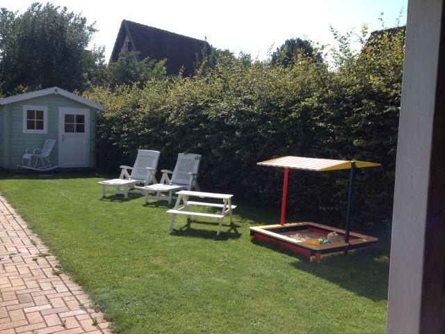 Gartenansicht - vollständig eingezäunt und eingewachsen