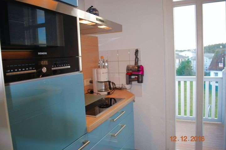 Blick in die Küche und zum Balkon