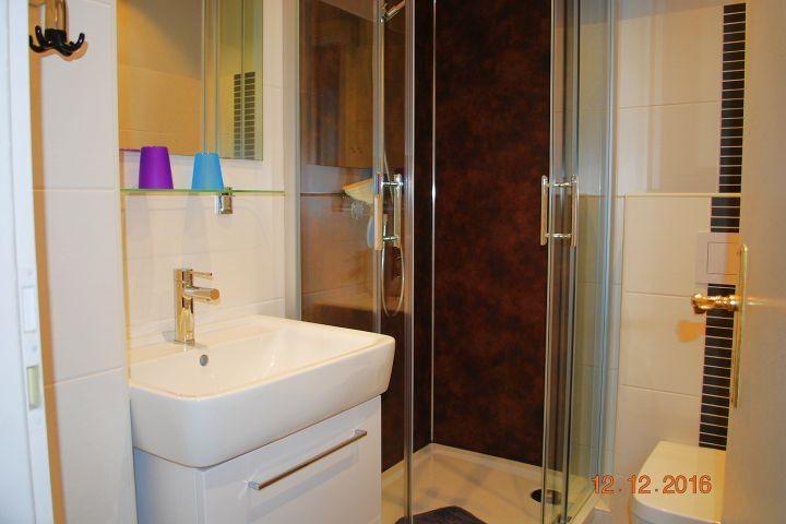 Blick in das Bad mit moderner Dusche