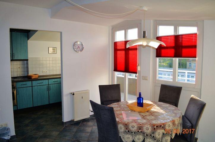 Blick zum Essplatz, zur Terrasse und zur Küche