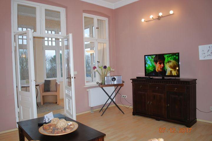 2.Blick in den Wohnraum und zur Veranda