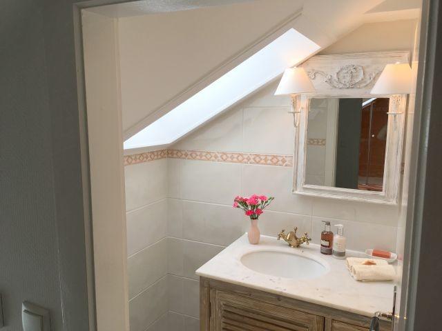 Marmor-Waschtisch im separaten WC