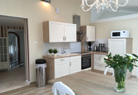 Herrliche Wohnküche im Landhausstil mit allem Komfort