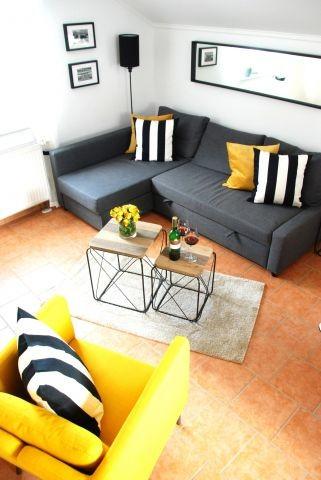 Wohnzimmer mit gemütlicher Schlafcouch (1,40 x 2,00 m) und Sessel