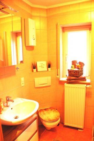 Bad mit Fenster, Dusche, Spiegelschrank, Fön, Waschmaschine
