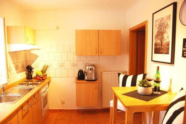 Küche mit Herd/ Backofen, Mikrowelle, Kaffeeautomat uvm.