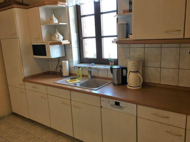 Küchenzeile mit Ceranfeld und Backofen
