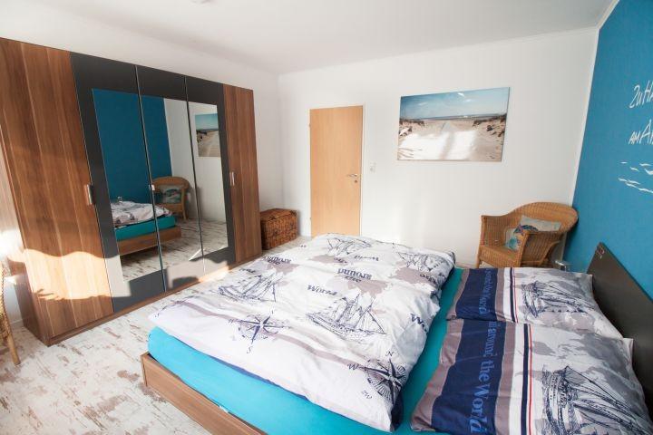 großes Schlafzimmer, Doppelbett mit durchgehender Matratze