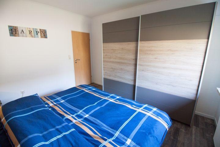 Schlafzimmer, Doppelbett mit durchgehender Matratze