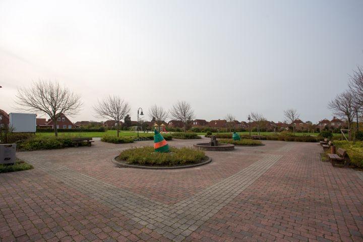 Dorfplatz und Spielplatz, Treffpunkt für jung und alt