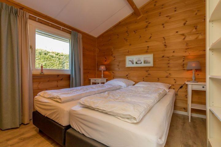 Schlafzimmer 2 mit 2 Boxspringbetten und Kommode