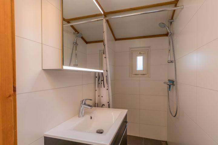 Neues Badezimmer mit Dusche und Badmöbel