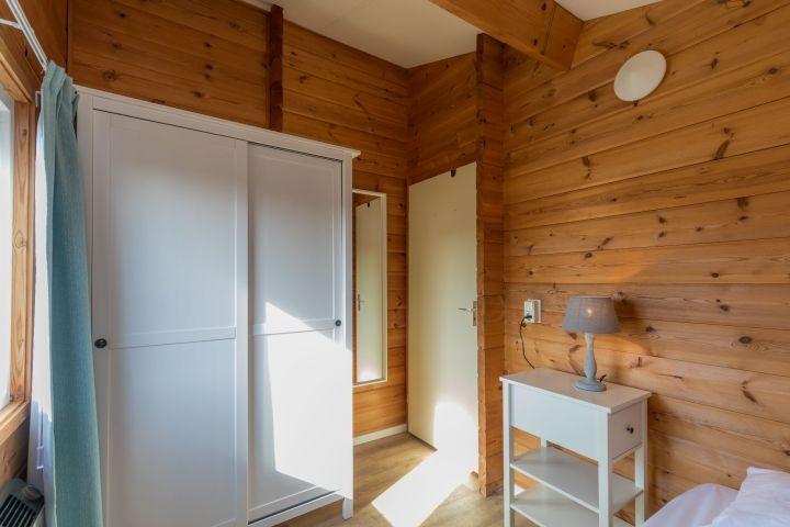 Schlafzimmer 3 mit Einzel Boxspringbett und Kleiderschrank