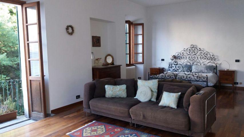 Geraumiges Zimmer mit Bett, Schlafzimmer und Romeo und Gulia Balkon