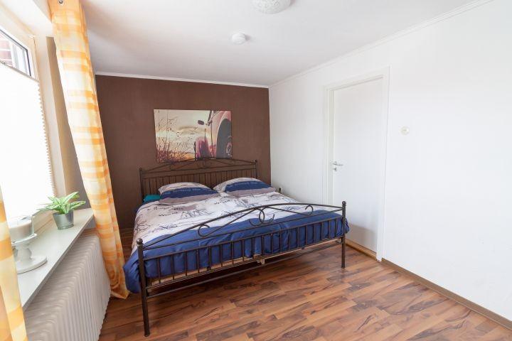 Schlafzimmer mit Doppelbett, durchgehende Matratze