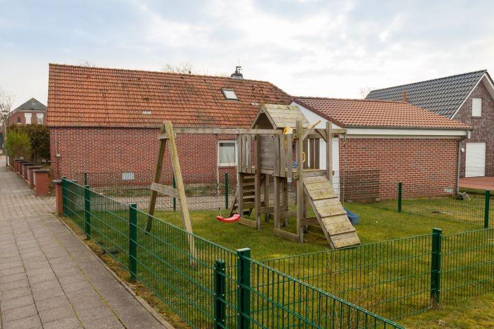 Hauseigener Spielplatz, natürlich vom Rest durch Zaun getrennt