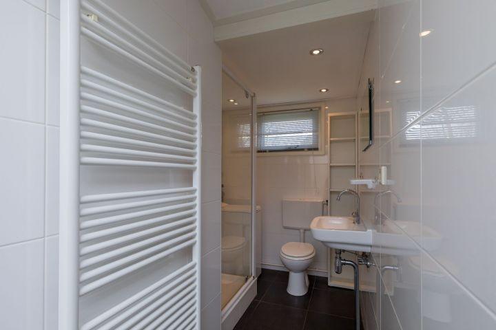 Das moderne Badezimmer mit Dusche, Waschbecken und Toilette