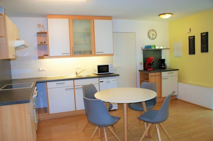 Schöne  und voll ausgestattete offene Küche