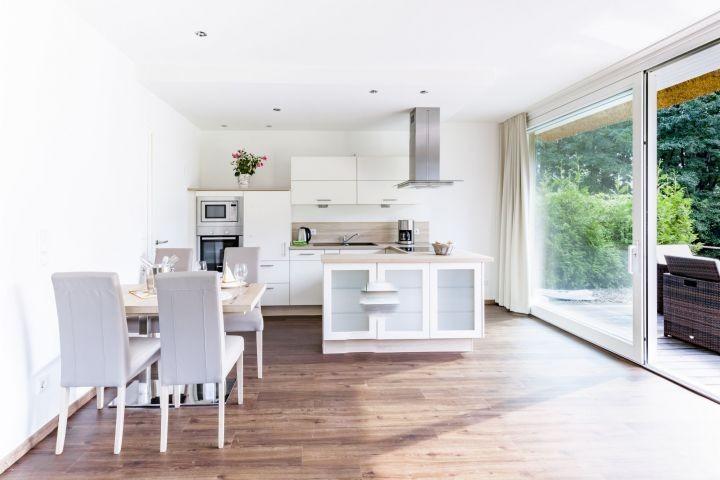 lichtdurchfluteter Wohn- Essbereich mit offener Küche