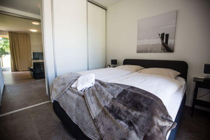 Blick vom Schlafzimmer durch den Flur zum Wohnraum