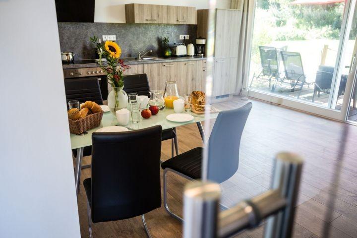 Küchenbereich mit direktem Zugang zur Terrasse