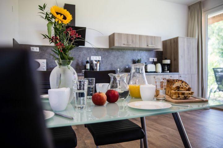 lichtdurchfluteter Wohn- / Essbereich mit Küchenzeile