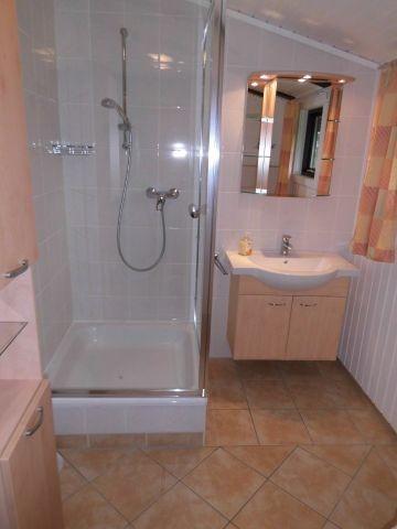 Modernes, großes Tageslicht-Badezimmer mit Dusche und WC