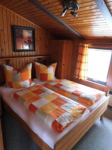 Schlafzimmer mit 180 cm x 200 cm Bett
