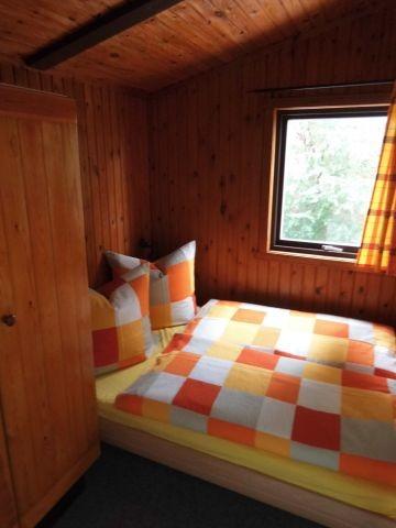 Schlafzimmer mit 140 cm x 200 cm Bett