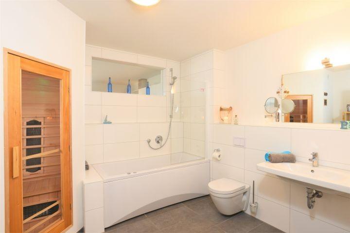 unser schönes Badezimmer  mit Infrarotsauna, Whirlpool und Waschmaschine