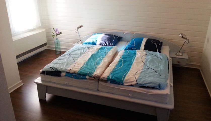 Helles gemütliches Schlafzimmer